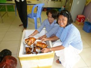 Attention, les poulets sont arrivés tout chauds ! Hé oui, nous sommes à l'orphelinat depuis 9h30.