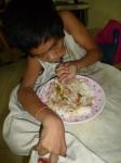 Bopha fait bcp de progrès en mangeant seule depuis bientôt un an...