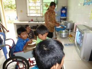 Les garçons ont tout leur esprit mais les membres handicapés les empêchent de marché, regardent ainsi la TV.