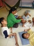 Une autre qui donne à manger à ces enfants qui ne peuvent, hélas pas s'asseoir.