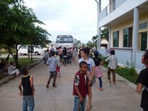 Arrivés à l'orphelinat, nous sommes accueillis par des cris de joie des enfants
