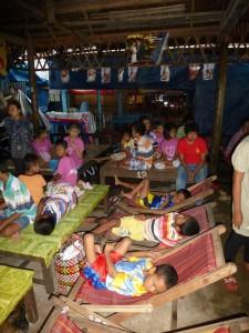 Les enfants attendent sagement que leur déjeuner soit livré avant d'aller se baigner