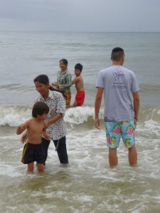 D'autres les surveillent dans l'eau