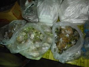 Très bien organisé, chaque enfant recevait une barquette de riz avec 2 plats mis en sachets comme ici