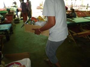 Chaque nounou, une fois, le tout bien disposé dans des cartons, l'emporte pour son groupe d'enfants