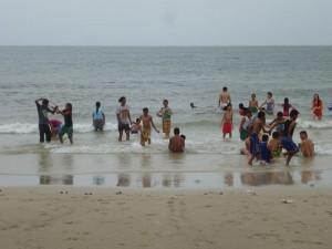 Après le déjeuner, la plupart de tous  se sont jetées à l'eau !