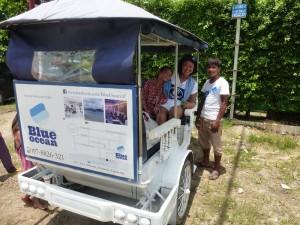 """Notre ami japonais du Blue Ocean a mis son """"tuktuk"""" à notre disposition ainsi que le jeune chauffeur."""