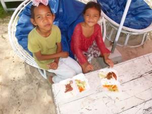 Ici, un petit groupe de 2 fillettes en train de déjeuner