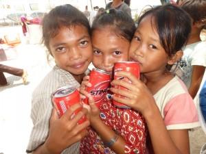 Le trio des plus grandes ont choisi elles-mêmes leur type de boisson au marché, elles m'ont toutes les 3, accompagnée.