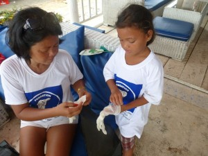 D'abord, les enfants reçoivent chacun un T shirt, puis des gants