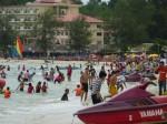 La foule en ce samedi, où beaucoup de Phnom Penhois viennent à la plage