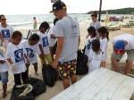 Au fur et à mesure des arrivées, les enfants déposent leur sac