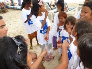 Les peaux des rambutants à jeter dans ce sac plastique, pas sur la plage