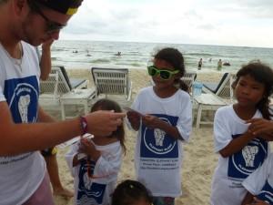 Arnaud récompense les enfants de leur excellent travail.