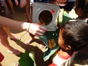 une feuille de lotus chacun en guise de sac-plastique pour recevoir des biscuits