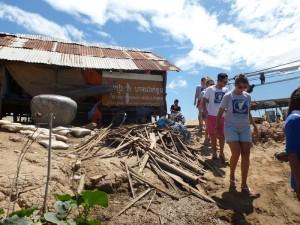 Le cabanon à gauche abrite 3 familles de 15 personnes au total dont 6 enfants....
