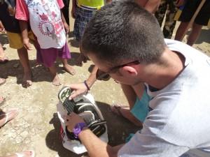 Nous avons également acheté des chaussures pour les leur distribuer.
