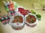 Le repas est composé de poulets, cailles rôtis, fruits, jus de fruits et banh hoï
