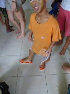 """Sakal, dit """"Passe-partout"""" est très content de sa paire de tongs couleur orange assortie à son t shirt"""